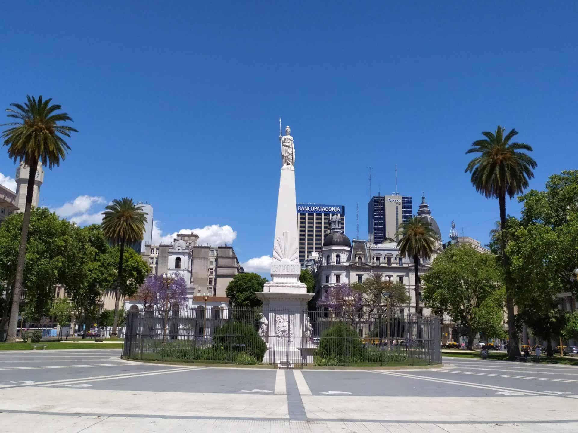 Essentialbuenosaires_tourpoint4_plazademayo,cabildoandcathedral_maypyramid_4