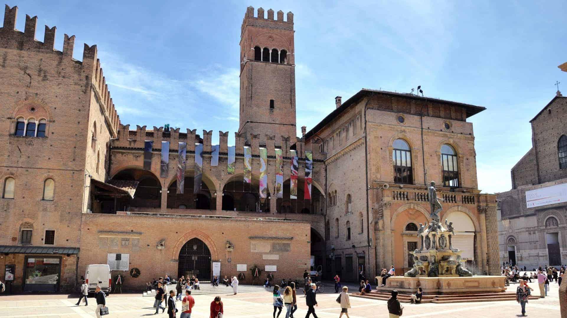 bologna_essential10) Palazzo Re Enzo (wikimediacommons)