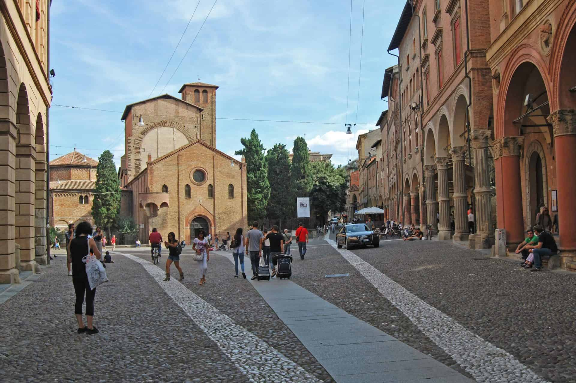 bologna_essential3) Piazza Santo Stefano (wikimediacommons)