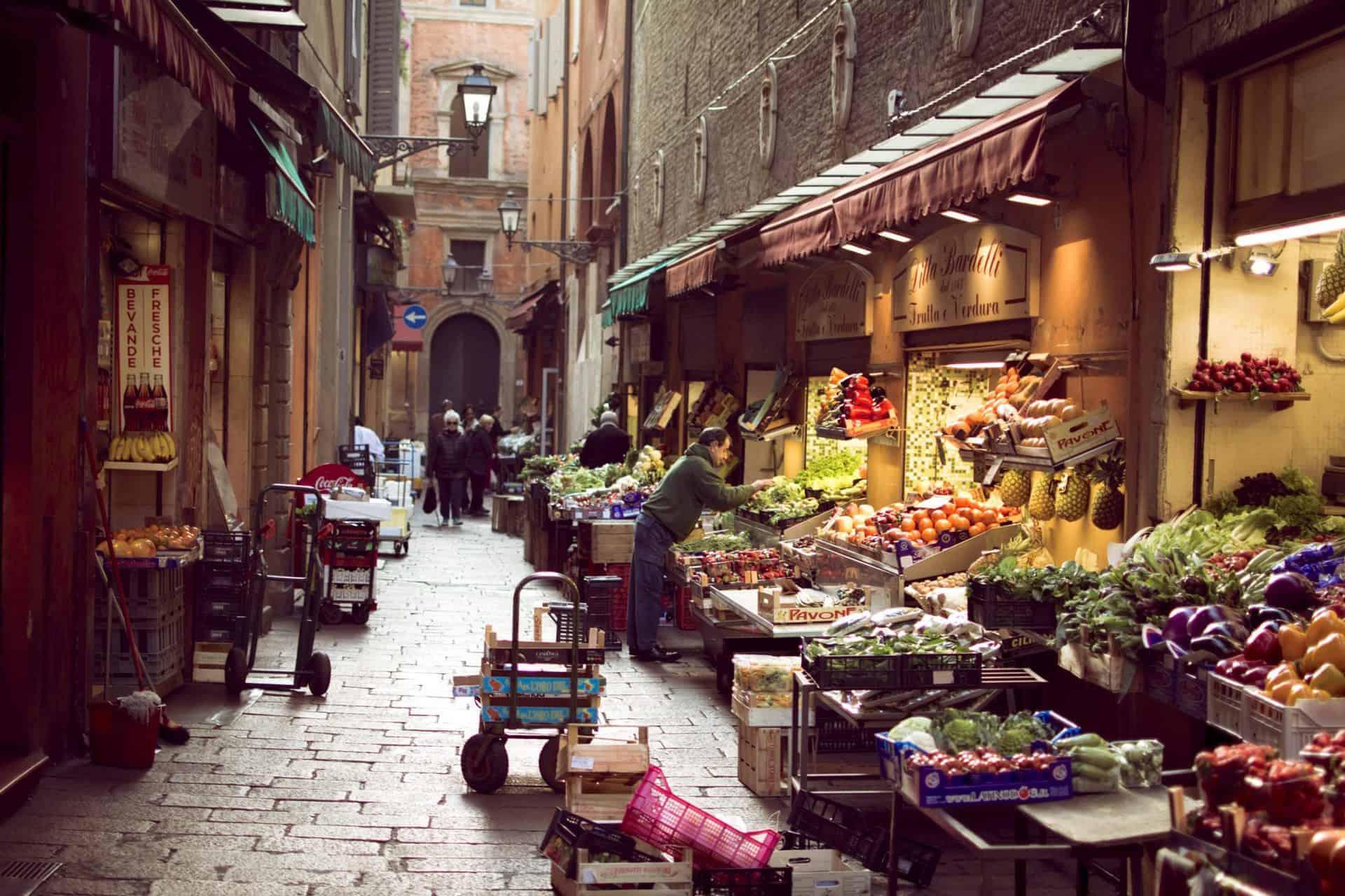 bologna_essential7) Via Pescherie Vecchie (wikimediacommons)