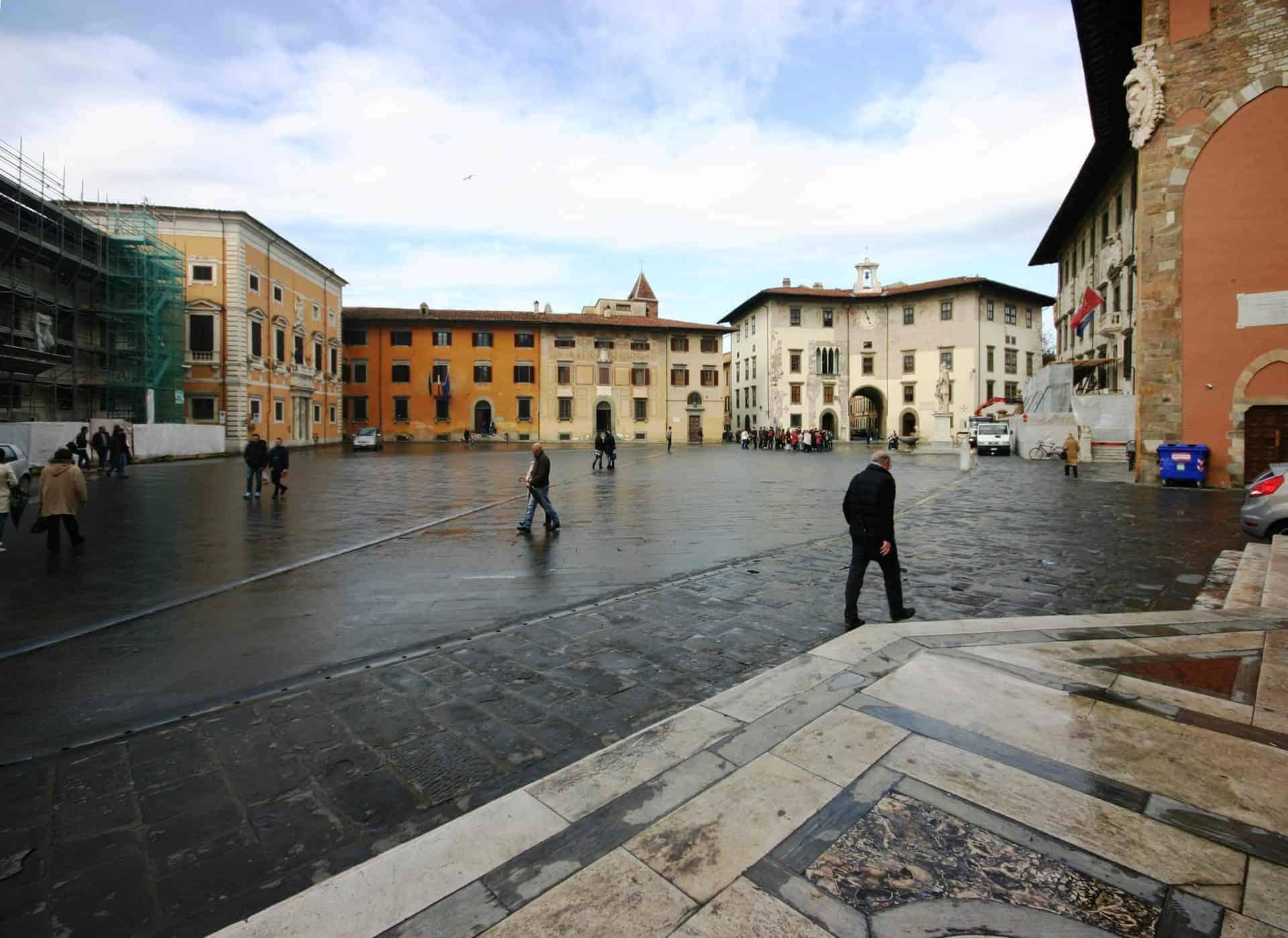 essential_pisaPiazza_dei_Cavalieri_-_Pisa_2014_(2) (1)