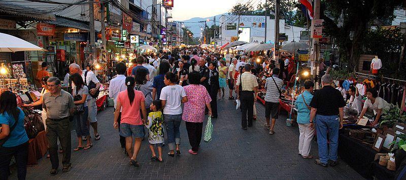 essentialchiangmai_800px-Chiang_Mai_sunday_evening_walking_street